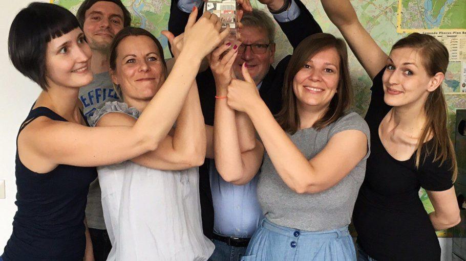 So sehen Sieger aus! Das QIEZ-Team freut sich über den Deutschen VerzeichnismedienPreis 2016 des [vdav] in Gold. Was sonst?