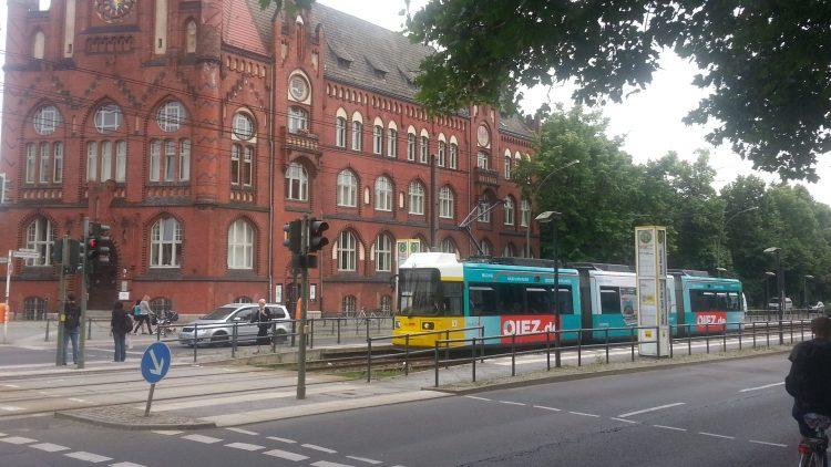 QIEZ-Tram vor Rathaus Lichtenberg