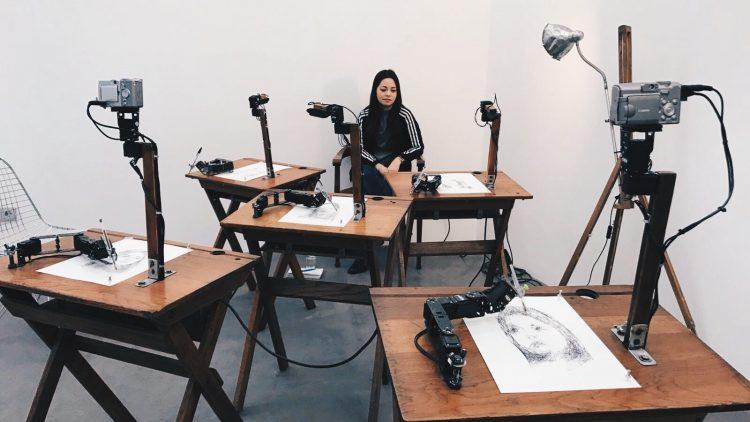 Die fünf Roboter namens Paul porträtieren QIEZ-Reporterin Yuki und malen sie aus fünf unterschiedlichen Perspektiven.