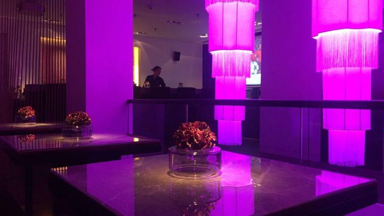 Gedämpftes Licht und viel Platz machen die Qiu Bar auch zu einem guten Ort für Dates.
