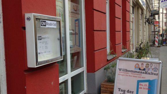 Ein bisschen unscheinbar wirkt das Schild vor der Tür des Quartiermanagements.