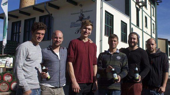 Zum Start des neuen Bio-Pils besuchten die Quartiermeister die Brauerei Wittichenauer in der Lausitz, die ihr Bier produziert. Unter anderem dabei: die Geschäftsführer Peter Eckert (l.) und David Griedelbach (2.v.r.) sowie Brautechnologe Matheo Gundermann (3.v.l.).