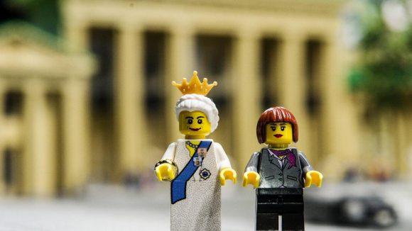 Die Queen (l)in Berlin - hier mit Bundeskanzlerin Angela Merkel im Legoland als Legofiguren vor dem Brandenburger Tor aus Spielzeugsteinen.