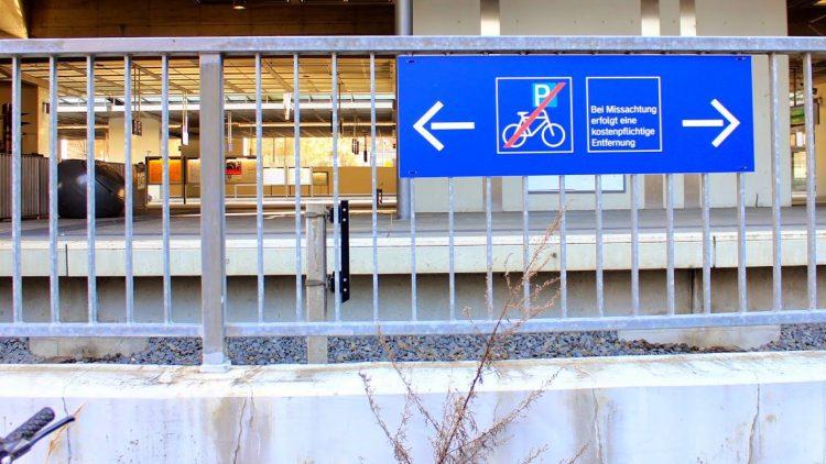 Fahrräder unerwünscht, Radständer Fehlanzeige.