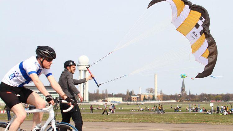 Nicht immer ist das Zusammenleben von Radfahrern und Kitesurfern auf dem Tempelhofer Feld so unproblematisch wie hier.