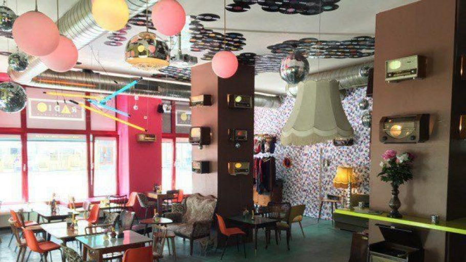 In dieser neuen Location in Friedrichshain gibt es Schmankerl für die Ohren, die Augen und zum Essen: die Radio The Label-Bar.