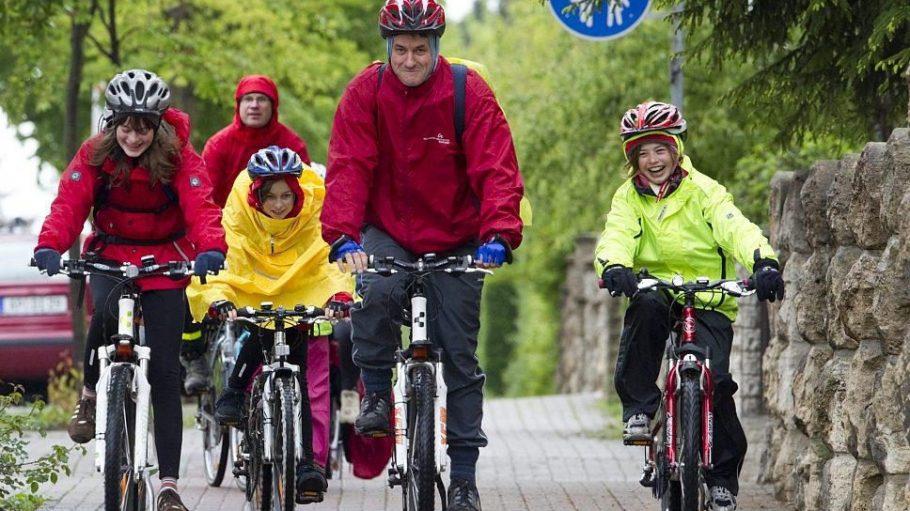Selbst wenn es nass werden sollte: Eine Radtour mit der Familie kann trotzdem Spaß machen.