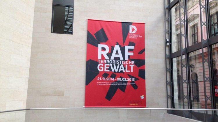 Hier sieht man das große Plakat der Ausstellung im Deutschen Historischen Museum.