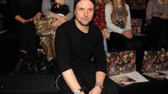 Rammstein-Gitarrist Paul Landers wollte sich auch die Retro-Mode von Lena Hoschek angucken.