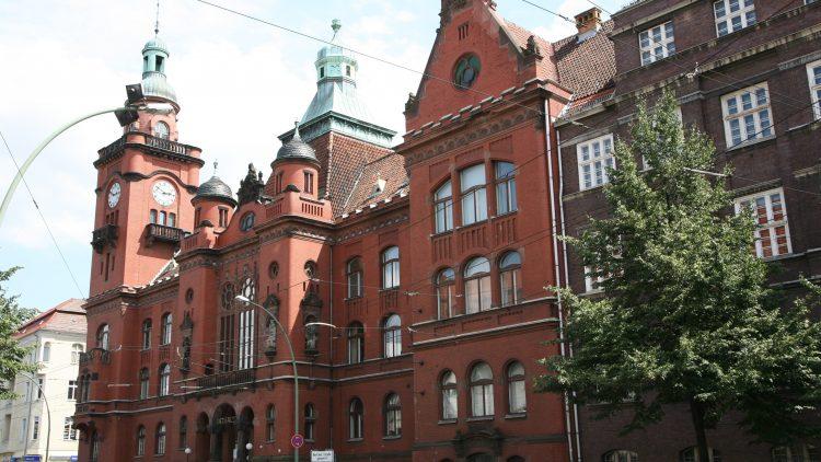 Das stattliche Rathaus Pankow in der Breiten Straße.