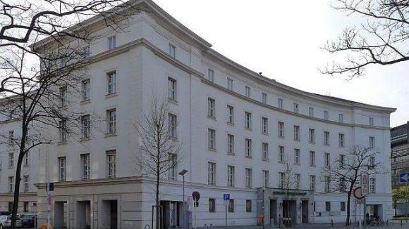 Das Rathaus Wilmersdorf am Fehrbelliner Platz wurde 1941-43 erbaut.