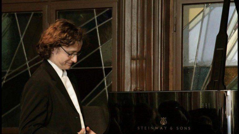 """Pianist Martin Helmchen, einer der ersten, die 2013 am neuen Flügel der Initiative """"Pnkow beflügeln"""" Platz nehmen durfte."""