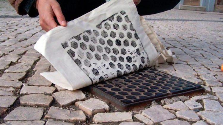 Straßenschönheit in textil: Das Label raubdruckerin holt schöne Gullideckel auf Beutel oder Shirts. Die Unikate und viel mehr urbanes Design gibt es für kurze Zeit im Post Up Store.