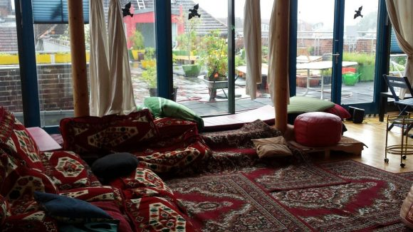 Über den Dächern von Neukölln: Auf der Dachterrasse des Refugios wird gemeinsam gegärtnert und Kaffee getrunken.