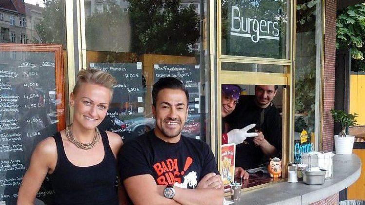 """Die beiden Inhaber des """"Rebel Room Burger"""" und zwei Mitarbeiter."""