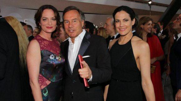 Gleich mit zwei hübschen Frauen am Start: Regisseur Nico Hofmann mit den Schauspielerinnen Natalia Wörner (l.) und Bettina Zimmermann.