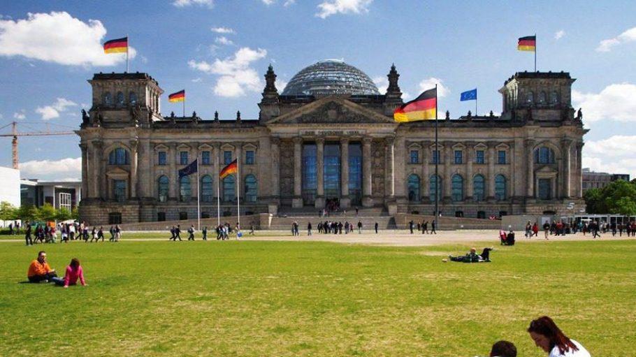 Im Sommer sorgen unter der Erde gespeicherte Kältevorräte für eine angenehme Klimatisierung des Reichstags.