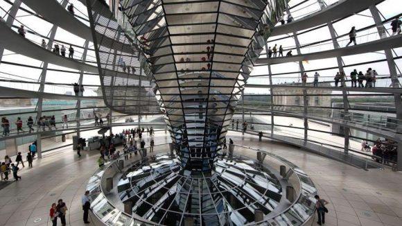 Besonders beliebt bei Touristen: die begehbare Glaskuppel.