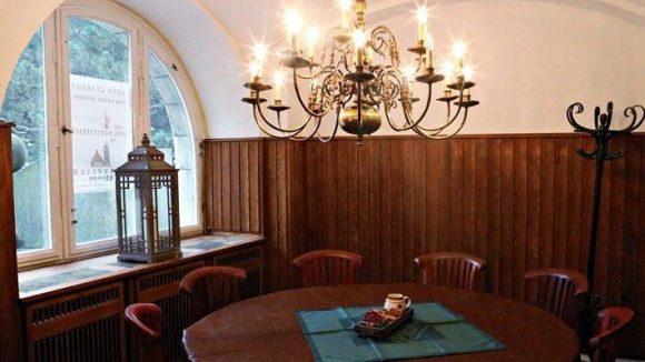 Die Gaststätte selbst bietet Platz für an die 60 Gäste. Die Räumlichkeiten für private Feiern und Event halten noch mal Platz für 150 Personen bereit.