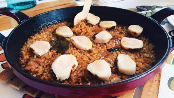 Ein Pfännchen Reis in zwei Versionen. Hier Paella mit Kaninchen (11 Euro).