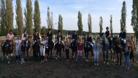 Die Reiterinnen und Reiter des Hofs auf dem Hausturnier am 27. September 2014.