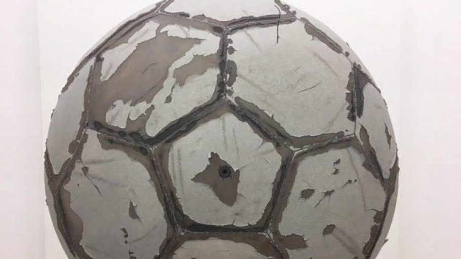 Nicht nur einfach ein Foto von einem schrabbeligen Fußball, sondern täuschend echt gemalt: ein Werk aus der René Wirths-Ausstellung im Haus am Lützowplatz.