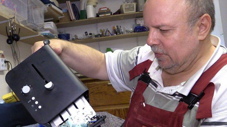 Rüdiger Büttner gibtt sein Bestes, um den Fehler an Gerlindes Toaster zu entdecken.