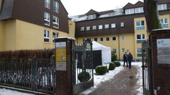 Etwas Improvisation war bei den Dreharbeiten in der Residenz Zehlendorf nötig, denn die Außenszene war ohne Schnee geplant.