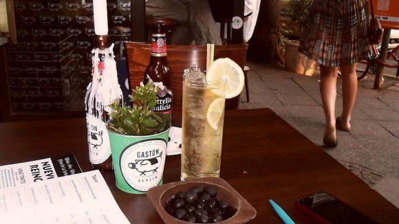 """Los geht's! Wir trinken ein Bier namens """"Estrella Galizia"""" und """"Rebujito"""" - eine spritzige, """"weißweinschorlige"""" Spezialität aus Andalusien."""