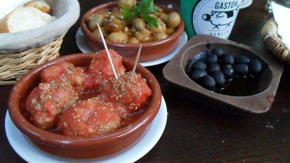 Mhhhh...Albóndigas im Vordergrund, als Appetizer gab's Oliven und Boquerones - also kleine Sardellen in Essig.
