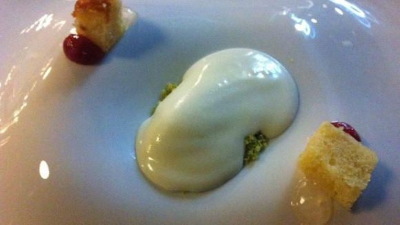 Cheese Cake mal anders: Saint Maure in Eis-Form, dazu Walderdbeeren-Dip und Pistazien.