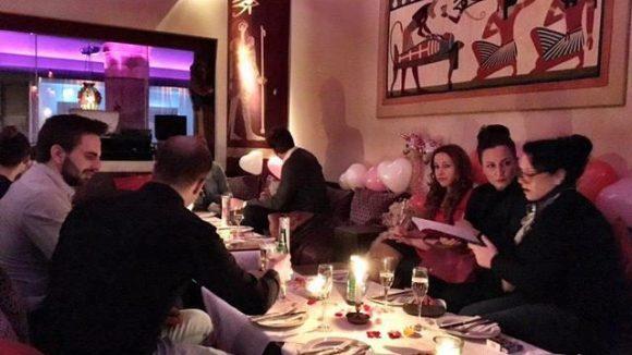 Im modern-ägyptischen Ambiente der Lounge des Restaurants Marooush feiert Gerlinde Jänickes Freundeskreis den Valentinstag.