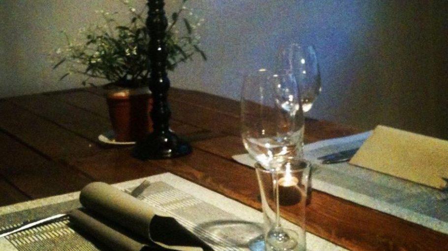 In Friedrichshain kann man auch stilvoll essen - wie hier im Schwarzen Hahn.