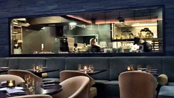 Das Sra Bua im Hotel Adlon hat - wie es sich heute fast schon gehört - eine offene Küche.