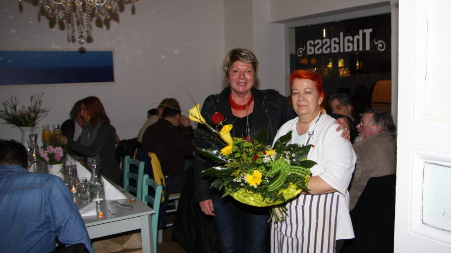 Dankbarkeit auf allen Seiten: Vera Witthohn-Poser und Voula Fragos.