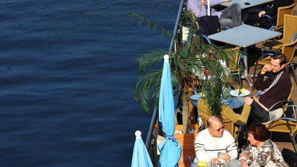 Wasser, Sonne und ein kühles Bier: Auf einem Restaurantschiff lässt sichs leben!