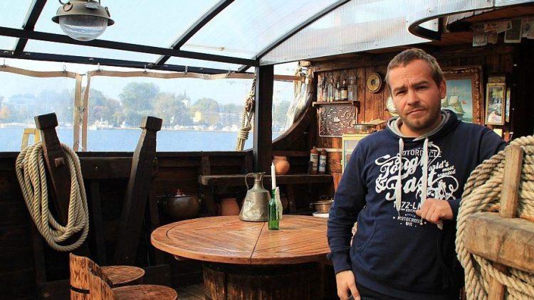 """Noch ist Toni Kaiser auf der """"Gode Wind"""" allein."""