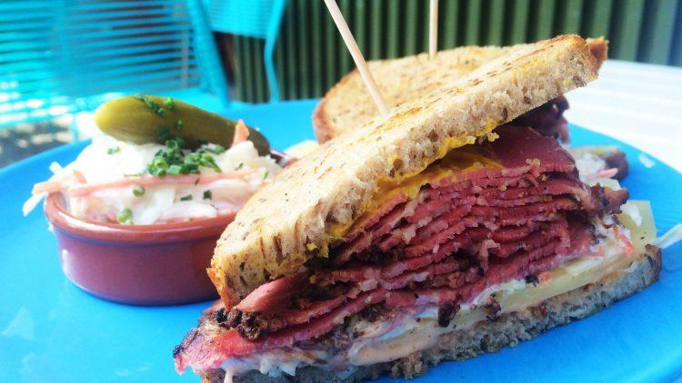 """Dürfen wir vorstellen? Ein herrlich zartes Pastrami-Sandwich mit Ochsenbrust bei """"Louis Pretty"""" in Kreuzberg."""