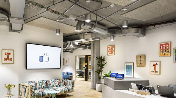 Eine unverputzte Decke und eine stylische Einrichtung: Der Blick auf die Rezeption des neuen Facebook Büros.