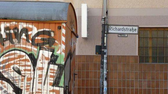 Baustelle! So lautet das Schlagwort für die Richardstraße. Statt Bagger und Bauschutt versetzen einen hier allerdings Läden, Cafés und versteckte Ecken ins Staunen. Denn eines kann die Richardstraße hervorragend: überraschen!