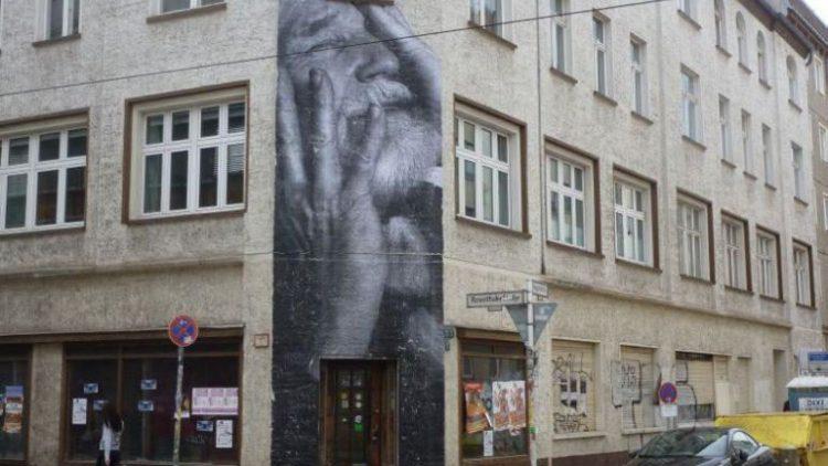 Dieses Gesicht ist an der Rosenthaler Straße 9 zu sehen.