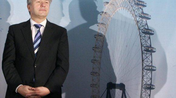 2007 war die Politik in Gestalt des Regierenden Bürgermeisters Klaus Wowereit (SPD) noch von der Realisierung eines Riesenrads am Zoo überzeugt. Fünf Jahre später ist das unvollendete Projekt bereits Geschichte.