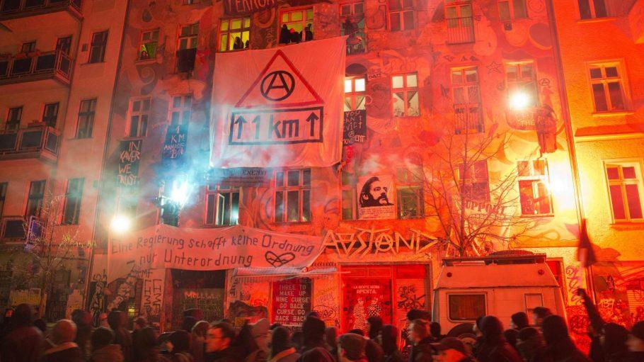 Bei einer Demo linker Gruppen in der Rigaer Straße werden am 6. Februar 2016 Feuerwerkskörper gezündet.