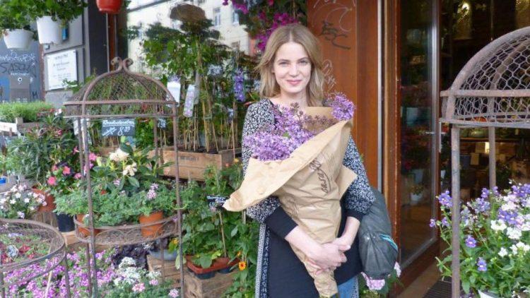Schauspielerin Rike Schmid liebt frische Blumen und schmückt ihre 2-Zimmer-Wohnung in Prenzlauer Berg damit. Besonders schöne Sträuße gibt es bei Casa Flora direkt gegenüber dem S-Bahn-Hof Eberswalder Straße.