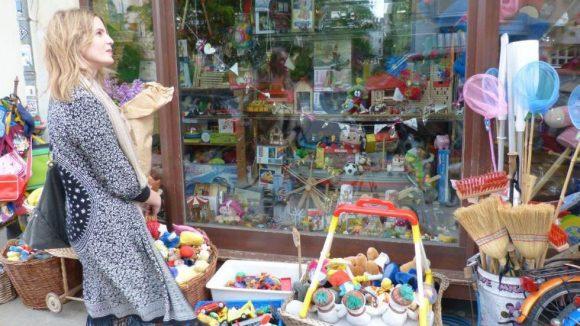 In Onkel Philipp's Spielzeugwerkstatt auf der Choriner Straße kauft sie ab und an ein Geschenk für den Neffen.