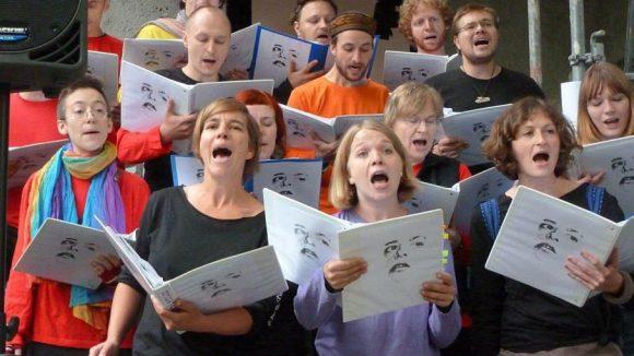 """Der Chor """"Acappellaplenum"""" sang vor der feierlichen Enthüllung der Tafel zwei Lieder der """"Scherben""""."""