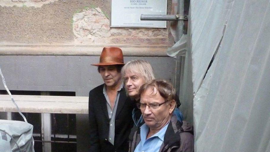 Drei Musiker von Ton Steine Scherben waren bei der Einweihung anwesend und posierten für die zahlreich erschienenen Fotografen: die Gründungsmitglieder R.P.S. Lanrue und Kai Sichtermann sowie der langjährige Schlagzeuger Funky K. Götzner (v.l.).