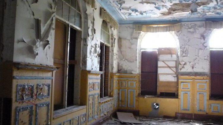 Der Prunk vergangener Jahrhunderte ist im alten Saal des Ballhauses Riviera bestenfalls noch rustikal, oft aber verrottet.