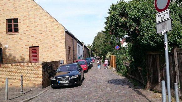 Die Kirchgasse im Böhmischen Dorf ist exemplarisch für den dörflichen Charakter Rixdorfs. Hier findet am 6. September der 'Zukunftsmarkt' statt ...