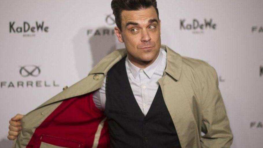 """Ein hübscher Mantel, oder? Robbie ist das perfekte Model für sein neues Modelabel """"Farrell""""."""